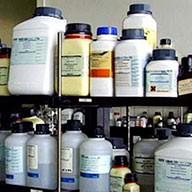 Chemikalien, aufgereiht in einem Regal