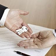 Hand übergibt einen Schlüsselbund an eine Zweite