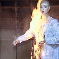 Schaufensterpuppe in brennendem Mantel