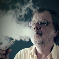 Person, welche den Dampf einer E-Zigarette ausatmet