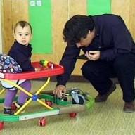 Kinderlaufhife wird für Geschwindigkeitsmessung vorbereitet